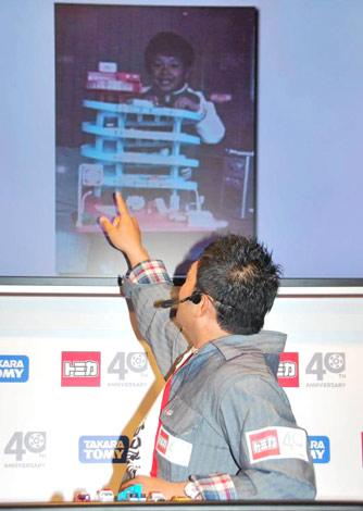 """ミニカー『トミカ』40周年事業・新商品発表会で、トミカで遊ぶ幼少時代の写真を披露した""""トミカファン""""の山口智充 (C)ORICON DD inc."""