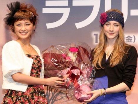 映画『ラブリーボーン』公開に先駆け主演女優シアーシャ・ローナン(右)が初来日、石川梨華が記念の花束贈呈に駆けつけた (C)ORICON DD inc.