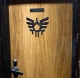 ゲーム『ドラゴンクエスト』シリーズのオフィシャルバー「LUIDA'S BAR(ルイーダの酒場)」、トイレの扉にもロトの紋章が (C)ORICON DD inc.