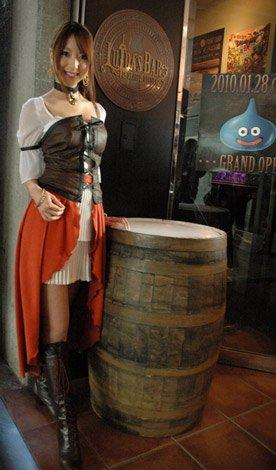 ゲーム『ドラゴンクエスト』シリーズのオフィシャルバー「LUIDA'S BAR(ルイーダの酒場)」のセクシーな店主・ルイーダさん全身ショット (C)ORICON DD inc.