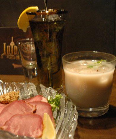 ゲーム『ドラゴンクエスト』シリーズのオフィシャルバー「LUIDA'S BAR(ルイーダの酒場)」は料理も特殊、(上)「パルプンテウォッカ」、(右)「ホイミティー」 (C)ORICON DD inc.