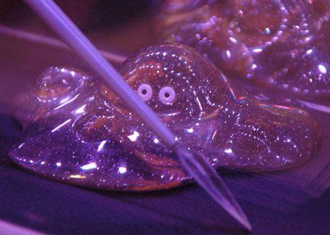 ゲーム『ドラゴンクエスト』シリーズのオフィシャルバー「LUIDA'S BAR(ルイーダの酒場)」の店内に飾られた、はぐれメタルのインテリアアイテム (C)ORICON DD inc.