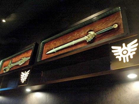 ゲーム『ドラゴンクエスト』シリーズのオフィシャルバー「LUIDA'S BAR(ルイーダの酒場)」がプレス向けに初公開、紋章がデザインされた店内には「天空の剣」(左)、「ロトの剣」も飾られている (C)ORICON DD inc.