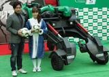 完成披露記者発表会に登場した藤本美貴と元日本代表の前園真聖氏