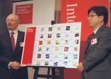 『Japan's Best Global Brands 2010』を発表する(左から)テレンス・オリバー会長と中村正道シニア・マーケティング・ディレクター (C)ORICON DD inc.