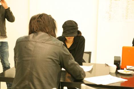 """帽子を深々とかぶり正体が明かされない/人気女性お笑いタレントが""""謎の美女""""として登場する『アレルシャット 花粉 鼻でブロック』新CMメイキングカット"""