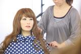 """なんとなく面影が・・・/この人は誰? 人気女性お笑いタレントが""""謎の美女""""として登場する『アレルシャット 花粉 鼻でブロック』新CMメイキングカット"""