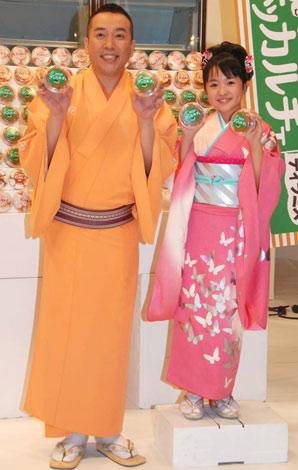 赤城乳業『デッカルチェ』の新CM撮影を行った(左から)林家たい平とさくらまや (C)ORICON DD inc.