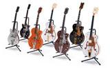 ザ・ビートルズのジョージ・ハリスン愛用の「テネシーローズ」(右から3本目)をはじめとした、世界的ギターブランド『GRETSCH(グレッチ)』の8分の1フィギュア