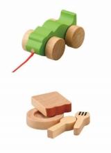 封入される木製おもちゃ(上)「カメレオンくるま」(下)「ママゴトセット」