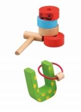 封入される木製おもちゃ(上)「ダルマおとし」(下)「ヘビさんのわなげ」
