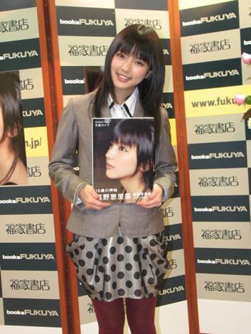 真野恵里菜が書店の店長代理に就任。