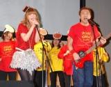 スザンヌ(左)とはなわが手がける熊本応援ソング「ダイスキ!くまもとファイヤー」を披露 (C)ORICON DD inc.