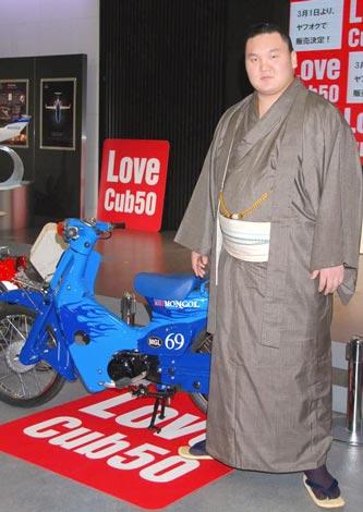 『Love Cub 50 プロジェクト』で白鵬がデザインを手掛けたスーパーカブ (C)ORICON DD inc.