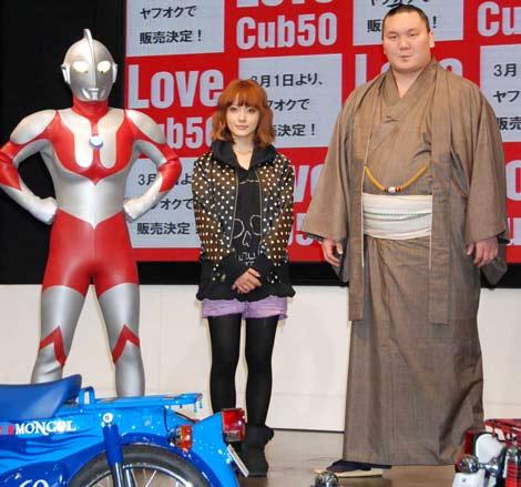 『Love Cub 50 プロジェクト』発表会に出席した(左から)ウルトラマン、平山あや、白鵬 (C)ORICON DD inc.