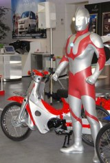 『Love Cub 50 プロジェクト』でウルトラマンがデザインを手掛けたスーパーカブ (C)ORICON DD inc.
