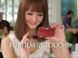 自分の取り貯めた写真を探す佐々木希/『FinePix Z700EXR』(富士フィルム)新CM