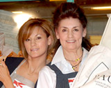 映画『恋するベーカリー』のイベントに出席した梅宮アンナ(左)と母のクラウディアさん