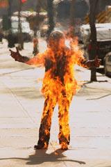 『FRINGE/フリンジ<ファースト・シーズン>』19話 女性の体から突然火が噴き出す事件が起こる(C)2009 Warner Bros. Entertainment Inc. All Rights Reserved.