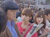 佐藤浩市に「佐藤っち」と迫るAKB48の篠田麻里子と小嶋陽菜(右)