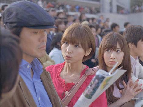 佐藤浩市に「佐藤っち」と迫るAKB48の篠田麻里子と小嶋陽菜(右)/JRA新CM