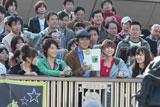 楽しそうに撮影する(左から)大島優子、小池徹平、佐藤浩市、篠田麻里子、小嶋陽菜/JRA新CMメイキングカット