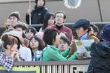 「佐藤さん!」と小池徹平が詰め寄るシーンの撮影風景/JRA新CM