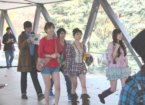 競馬場にむかう(奥)佐藤浩市と小池徹平、(手前左から)篠田麻里子、大島優子、小嶋陽菜