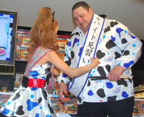 『ファンタ もぉ〜もぉ〜ホワイト』の発売記念イベントに出席した(左から)小森純と曙太郎 (C)ORICON DD inc.
