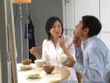 明石家さんまにご飯粒が「くっついてますよ」と優しく教える広末涼子/『キッコーマン 特選 丸大豆しょうゆ』新CMメイキングカット