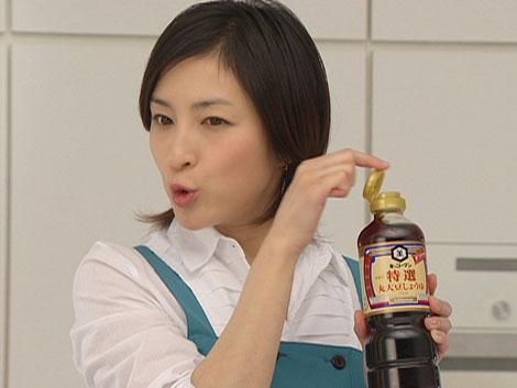 しょうゆのボトルを使って腹話術を披露する広末涼子/『キッコーマン 特選 丸大豆しょうゆ』新CM
