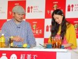 『紅茶でLet'sカフェごはん』キャンペーン発表会で、普段から食べるというトルティーヤを作った(左から)ケンタロウと蒼井優 (C)ORICON DD inc.