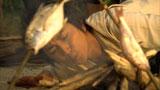 釣った魚を焼くために必死に火をおこす藤原竜也/『キリンゼロ<生>』CM