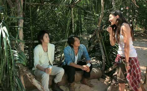 楽しそうに談笑する(左から)藤原竜也、反町隆史、長谷川潤/『キリンゼロ<生>』CMメイキングカット