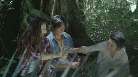木漏れ日のなか乾杯する(左から)長谷川潤、反町隆史、藤原竜也/『キリンゼロ<生>』CM