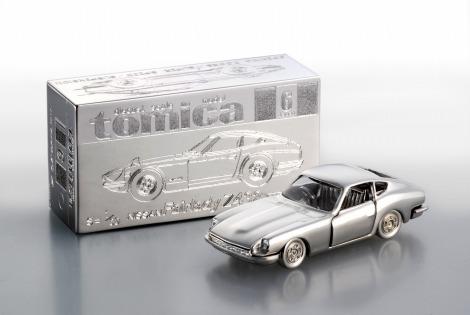 タカラトミーと田中貴金属ジュエリー社が制作した『プラチナ トミカ』 (C)TOMY