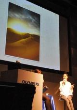 プロモーションキャラクターを務めるOLYMPUSの新CM発表会で、旅先のモロッコで撮影した写真を披露する宮崎あおい (C)ORICON DD inc.