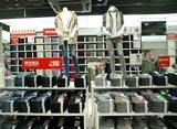 新たにブランドとして展開しているジーンズ「UJ」も見やすくディスプレイ