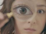 虫眼鏡でケーキをのぞく上野樹里/『がん保険Believe<ビリーブ>』CM
