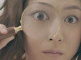 虫眼鏡でのぞく上野樹里/『がん保険Believe<ビリーブ>』CM