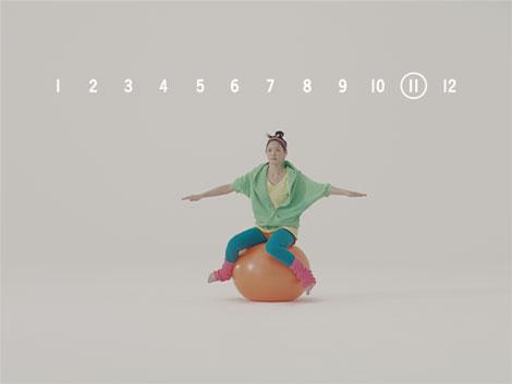 バランスボールを使って健康を気遣う上野樹里/『がん保険Believe<ビリーブ>』CM