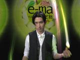 プロから教わったジャグリングを披露する松田翔太/『e−ma のど飴』新CM