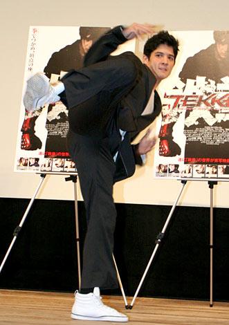 映画『TEKKEN-鉄拳-』のジャパンプレミア試写会でハイキックを披露したジョン・フー (C)ORICON DD inc.