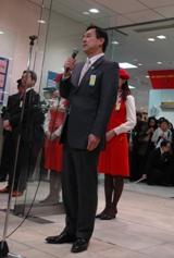 来店客や集まった地元住民たちに向け、閉店のあいさつをする吉祥寺店店長・吉田栄一さん