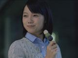 にこやかに新入社員のがんばりを見つめる宮崎あおい/『医療保険 新EVER』(アフラック)新CM