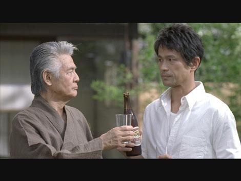 """""""義父""""菅原文太に緊張する娘婿の江口洋介/『キリンラガービール』新CM"""