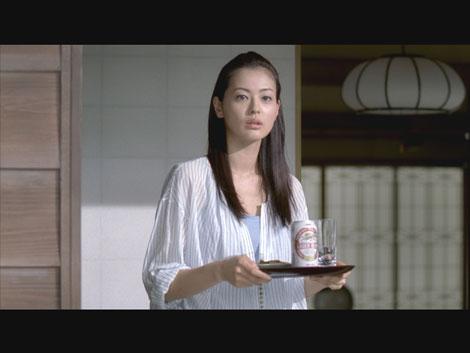 2人を見守る娘の黒谷友香/『キリンラガービール』新CM
