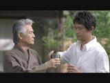 「近道なんてないですよね?」と緊張気味に菅原文太に質問する江口洋介(右)/『キリンラガービール』新CM