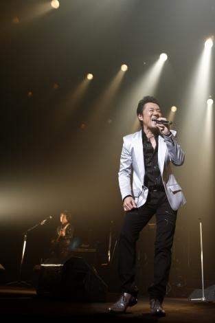 『HOUND DOG 30周年記念Birthday Live』を、東京・渋谷 C.C.Lemonホールで行ったハウンド・ドッグの大友康平