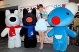 『リサとガスパール&ペネロペ展』に訪れたはるな愛((左から)リサ、ガスパール、はるな、ペネロペ)